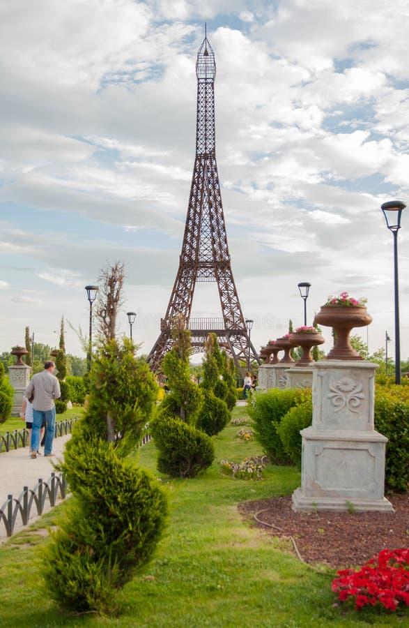 托雷洪de Ardoz,马德里,西班牙;08-25-2012:位于著名'欧罗巴公园'的埃菲尔铁塔 免版税库存照片