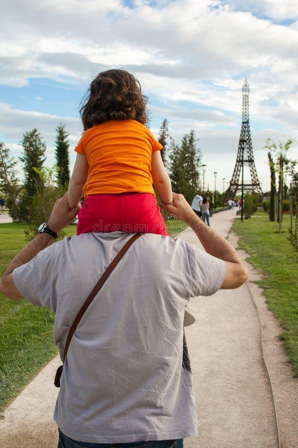 托雷洪de Ardoz,马德里,西班牙;08-25-2012:父亲运载他的肩膀的女儿 图库摄影