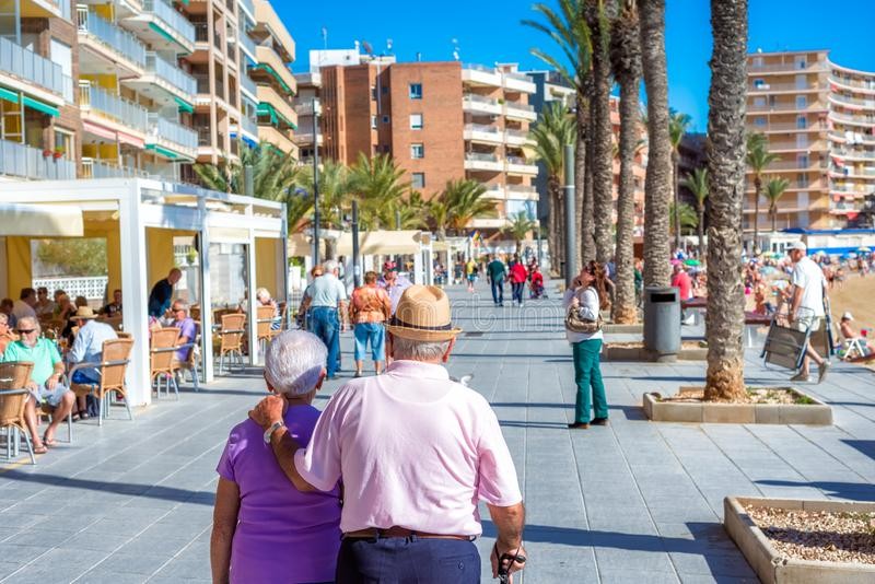托雷维耶哈,西班牙- 2017年11月13日:走在托雷维耶哈街道上的一对资深夫妇  免版税库存照片