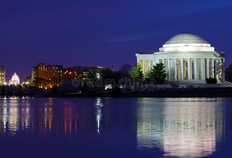 托马斯・杰斐逊纪念品在樱花节日期间的黎明 免版税库存照片
