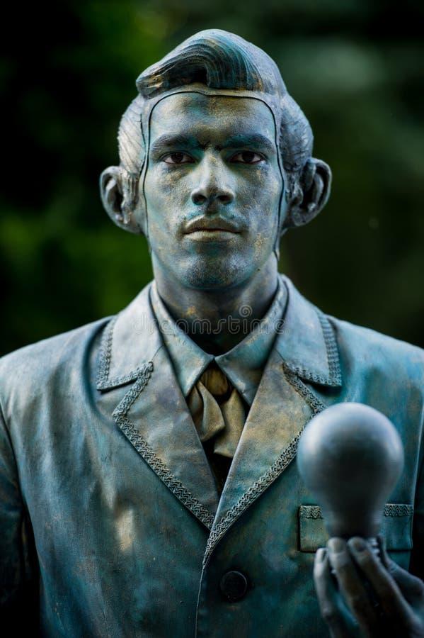托马斯Alva爱迪生 执行在生存雕象国际节日,布加勒斯特,罗马尼亚, 2017年6月期间的奥地利艺术家 免版税库存图片