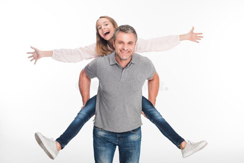 扛在肩上他的女儿的父亲 免版税库存图片