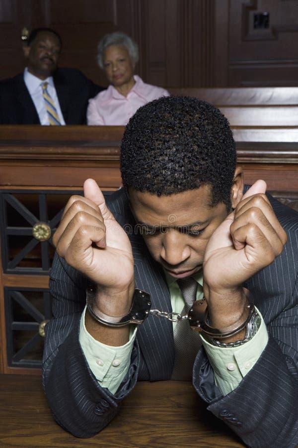扣上手铐的罪犯 免版税图库摄影