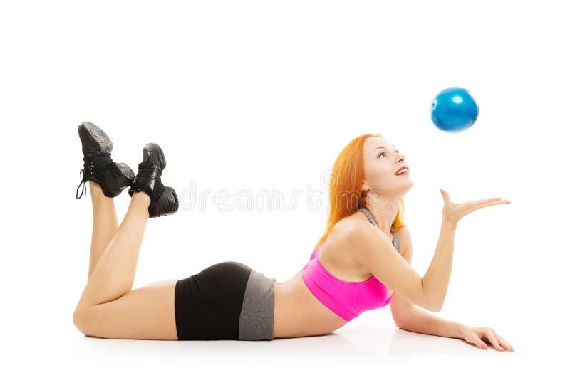 执行与球的美丽的肉欲的妇女健身 免版税库存照片