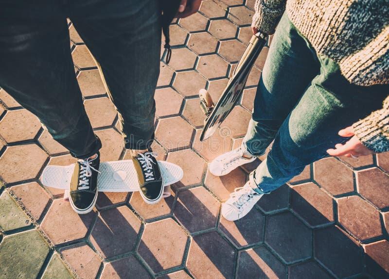 执行与longboards在都市城市公园- Youn的两位溜冰者 图库摄影