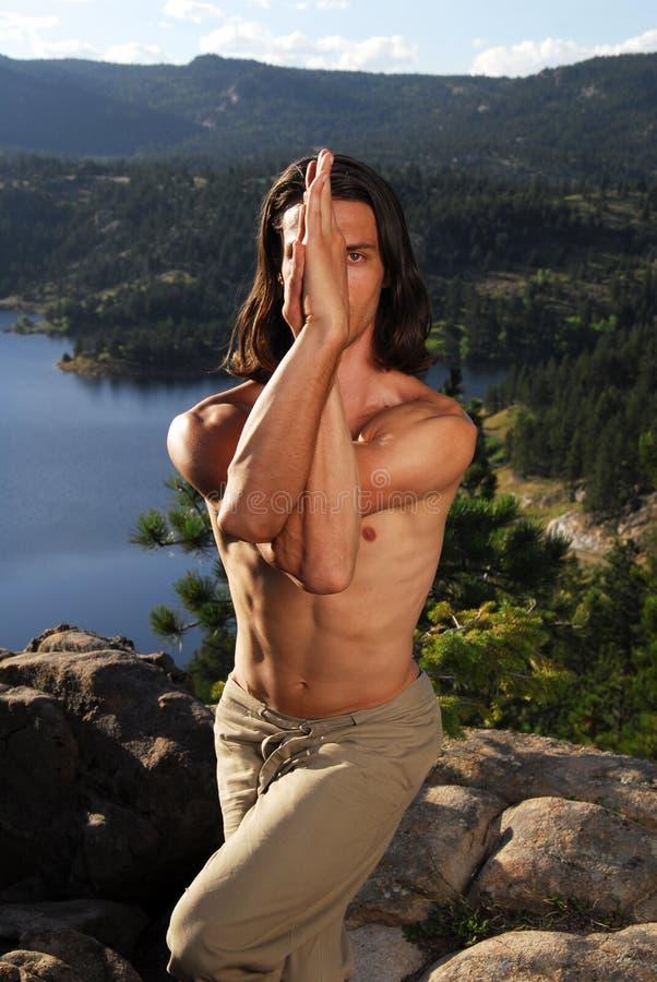 执行人山顶层瑜伽 免版税库存照片