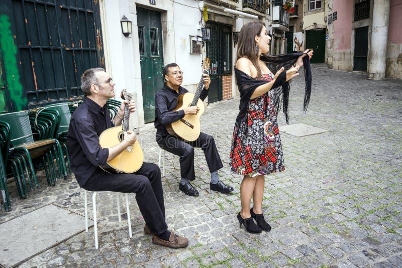 执行传统葡萄牙音乐在Alfama, Lis的忧伤带 图库摄影