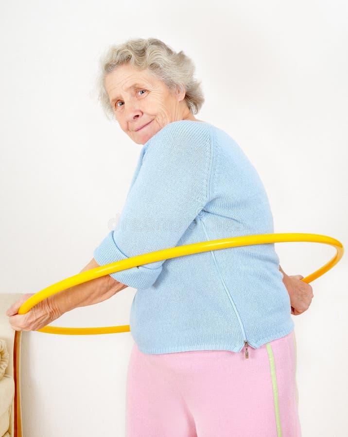 执行体操箍hula夫人 免版税图库摄影