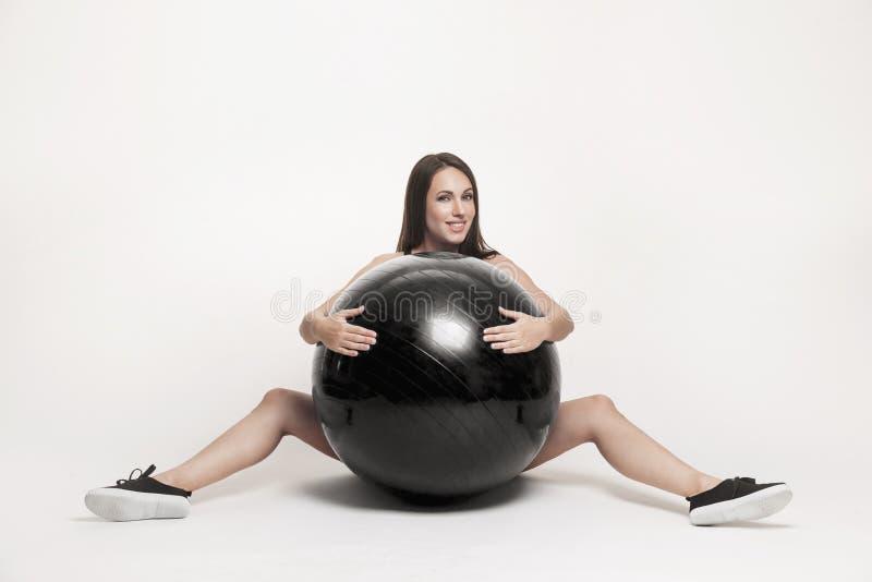 执行健身妇女的球 免版税库存图片