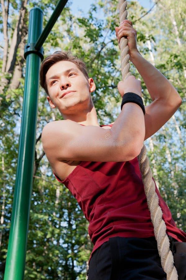 执行健身执行的年轻人 库存照片