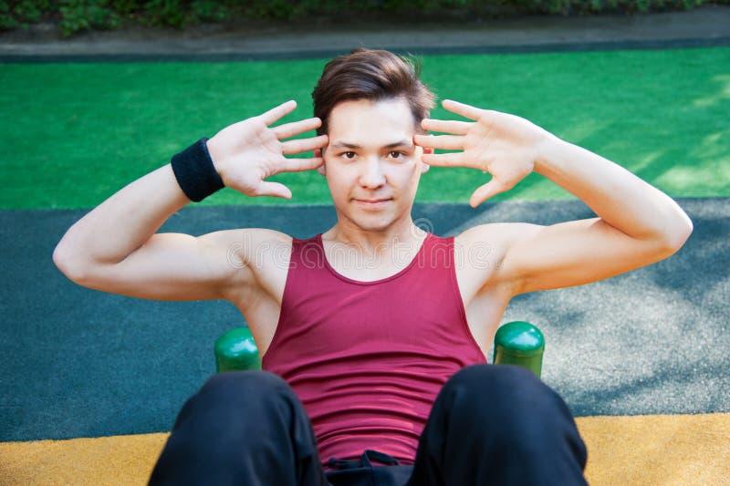 执行健身执行的年轻人 免版税库存照片