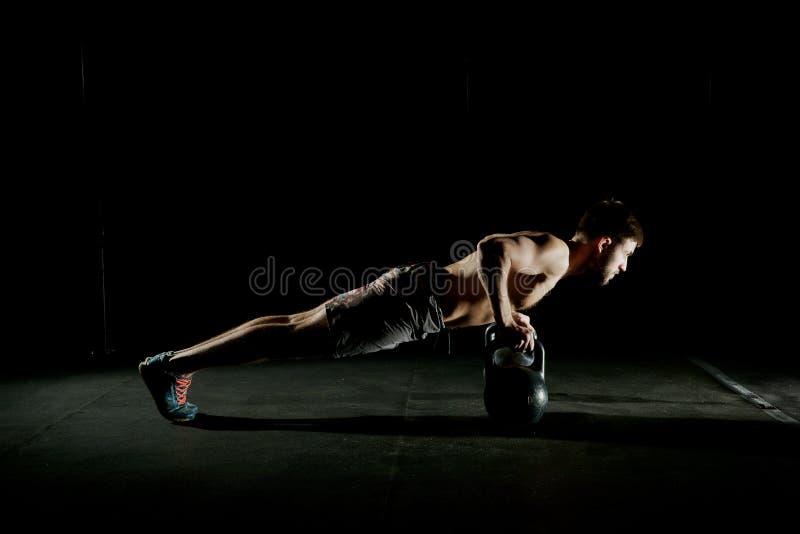 执行健身他的人反映培训水 做俯卧撑锻炼的人 免版税库存图片