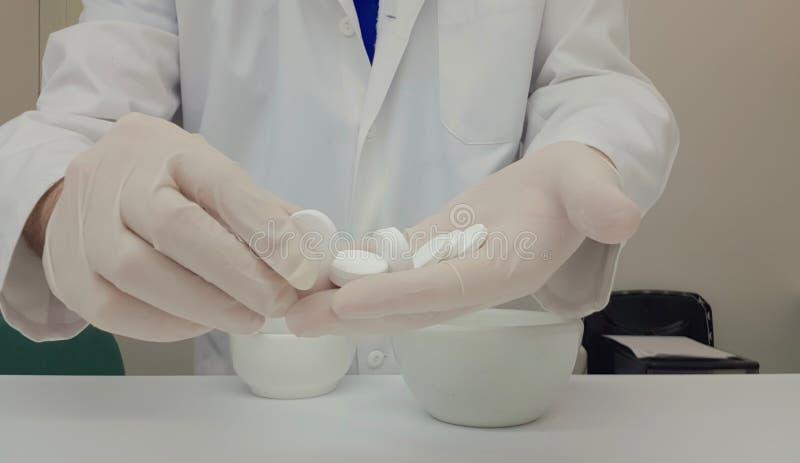 执行冒泡片剂的质量管理药剂师 免版税库存图片