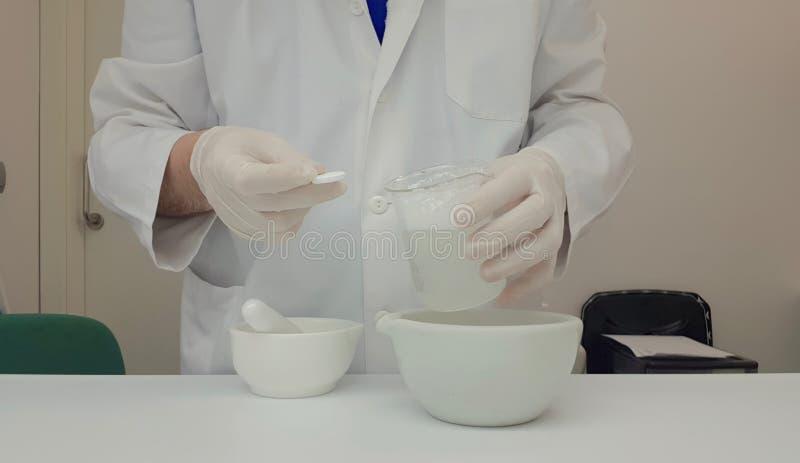 执行冒泡片剂的质量管理药剂师 免版税图库摄影