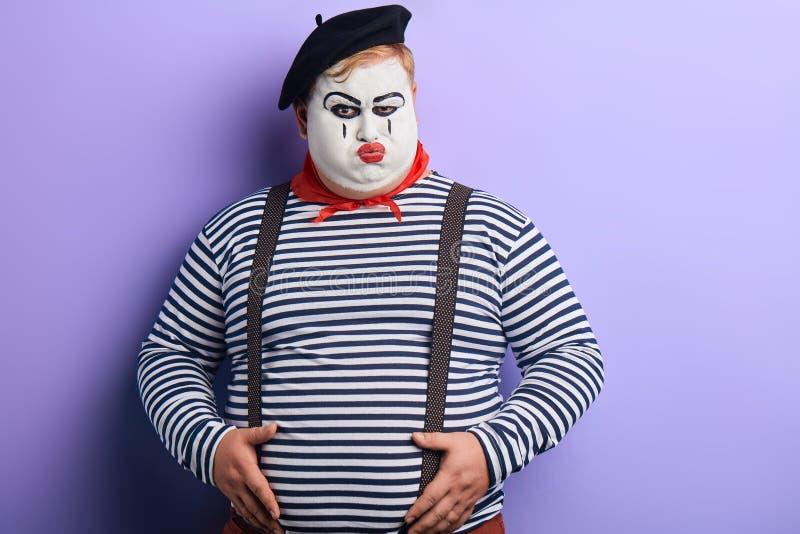 执行剪影的严肃的不快乐的严密的小丑 库存图片