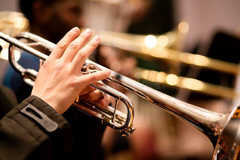 执行在乐队的喇叭演奏员 免版税库存图片