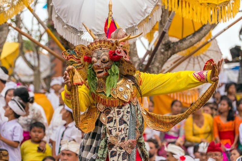 执行在传统面具的未认出的巴厘语人在Galungan庆祝时在Ubud,巴厘岛 免版税库存照片