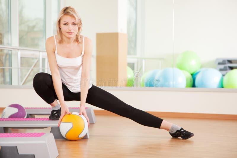 执行在健身房的妇女健身 库存照片