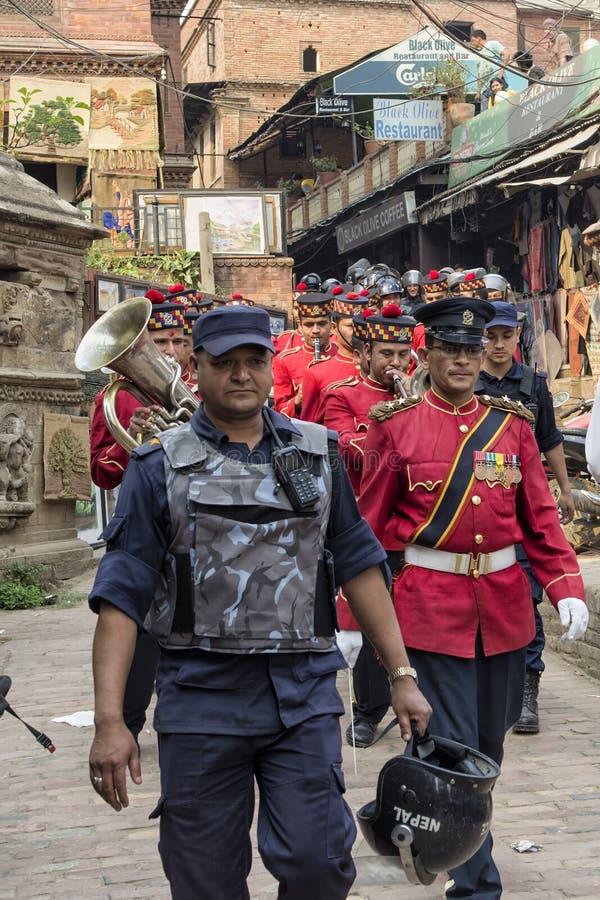 执行在加德满都,尼泊尔街道上的尼泊尔军事乐队实况音乐  免版税图库摄影