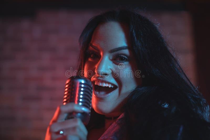 执行在夜总会的女歌手画象 免版税库存图片