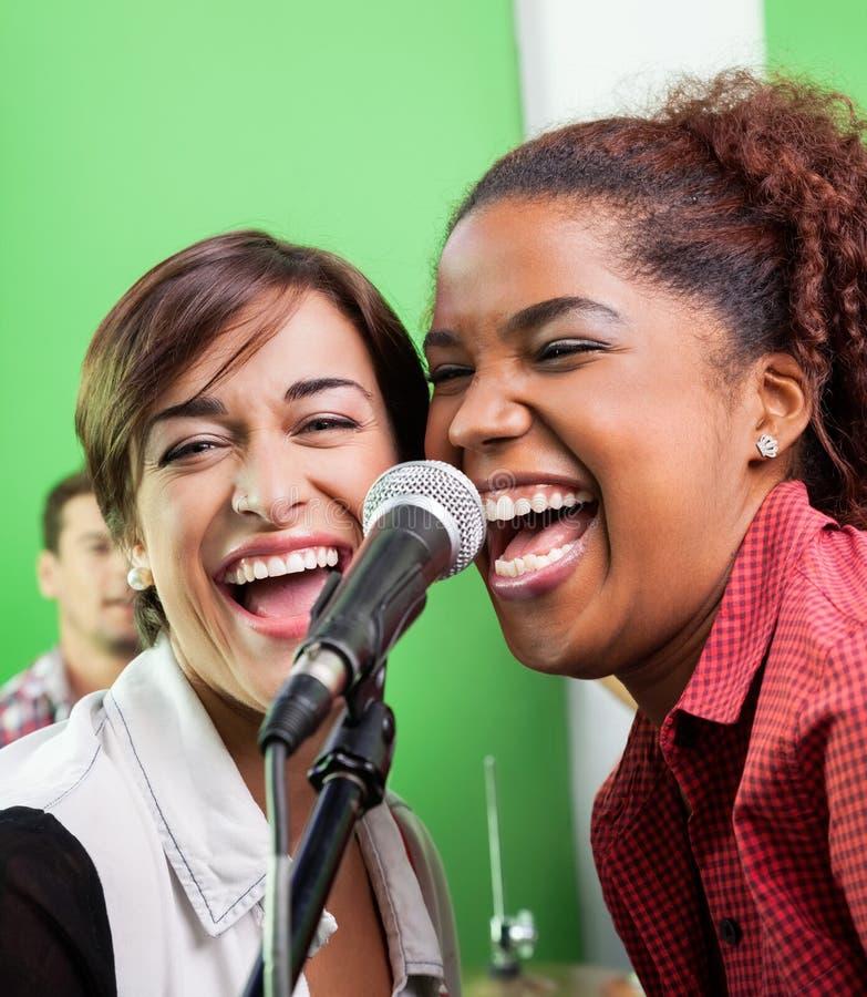 执行在录音室的女歌手 免版税库存图片