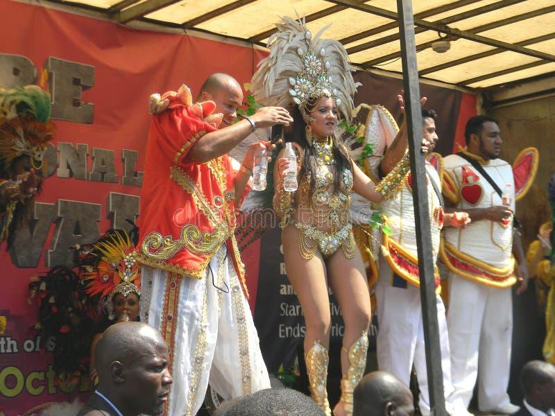 执行在狂欢节的桑巴舞蹈家 图库摄影