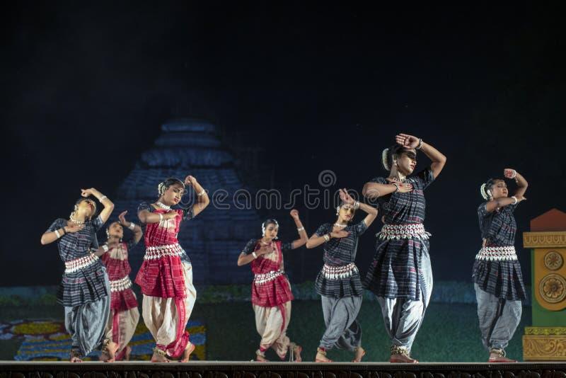 执行在阶段的一个小组古典Odissi舞蹈家Odissi舞蹈在科纳克太阳神庙寺庙,Odisha,印度 免版税库存图片