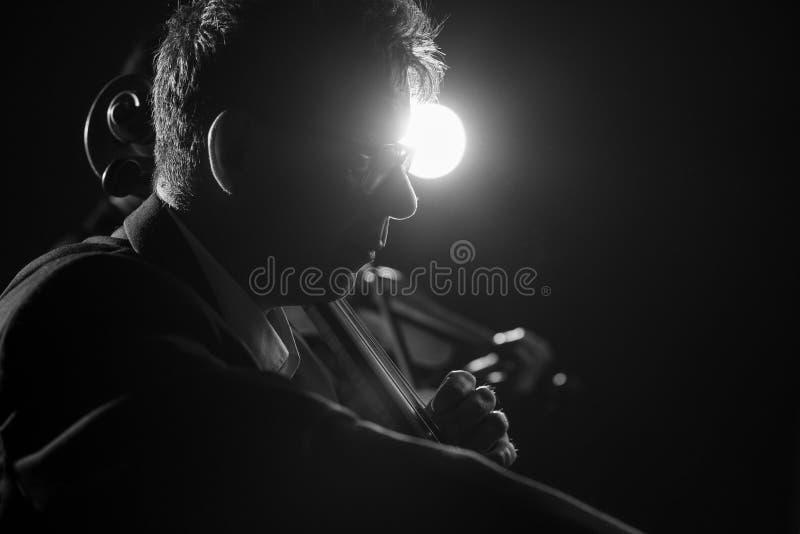 执行在阶段的专业大提琴手 免版税库存照片