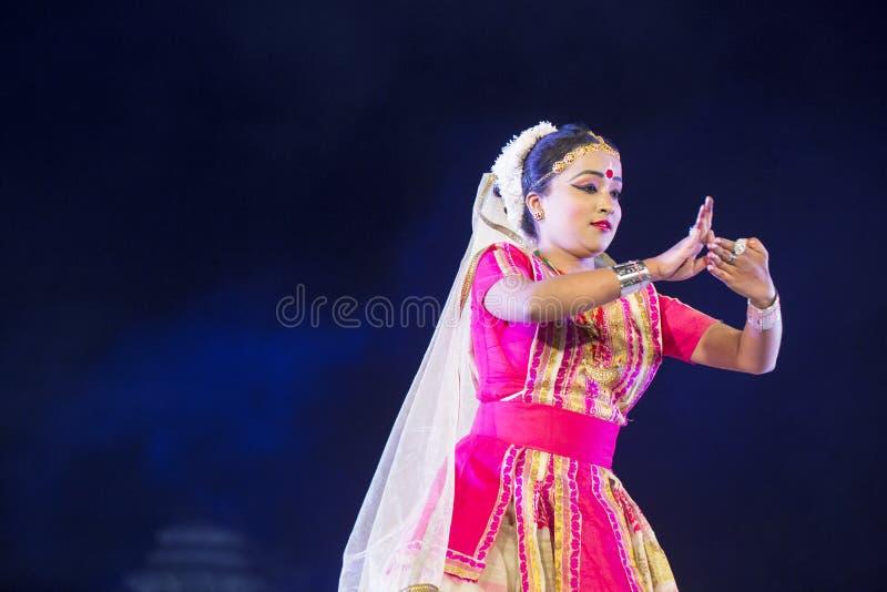 执行在阶段的华美的Sattriya舞蹈家Sattriya舞蹈在科纳克太阳神庙寺庙,Odisha,印度 一个阿萨姆的古典印度舞蹈 免版税库存照片