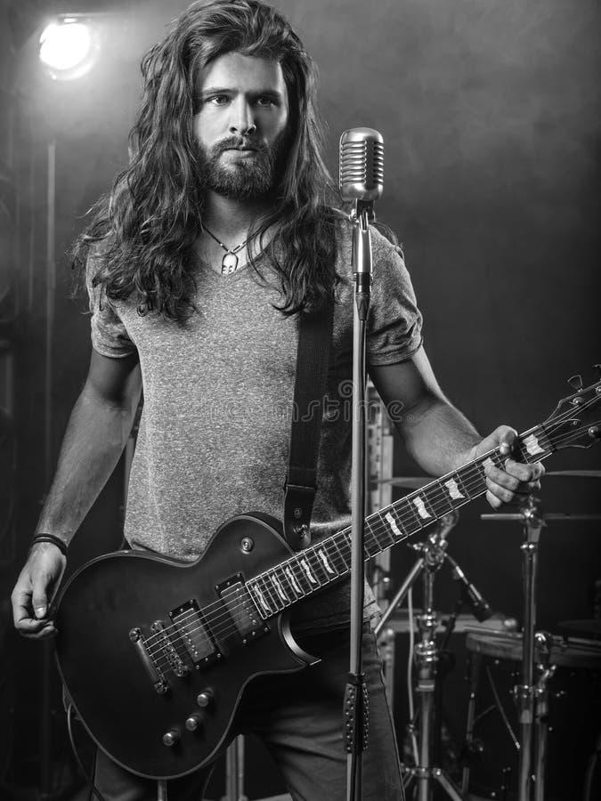 执行在阶段的吉他弹奏者 库存图片