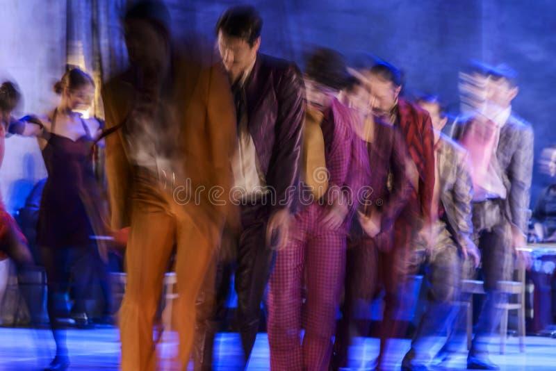 执行在阶段的小组当代舞蹈家 免版税库存照片