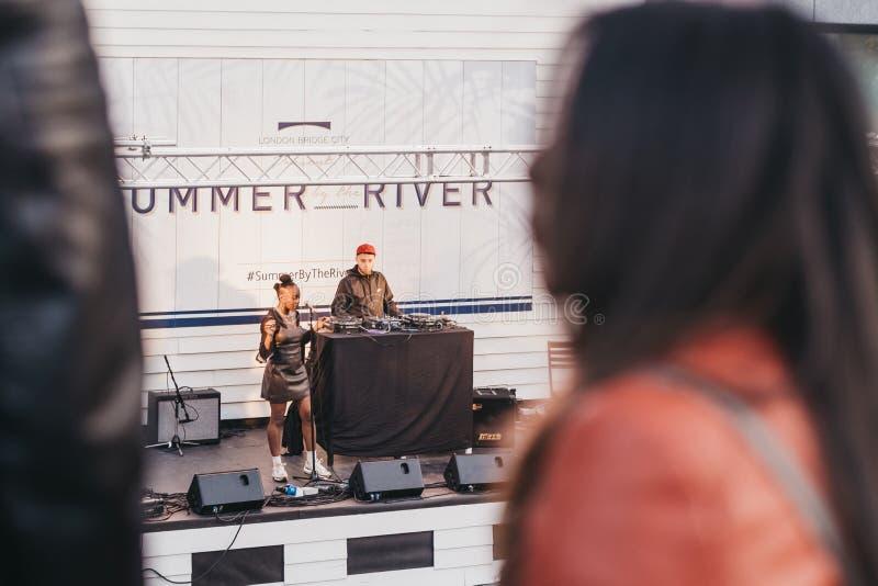 执行在阶段的歌手在夏天由河2019年节日在伦敦,英国 免版税库存照片
