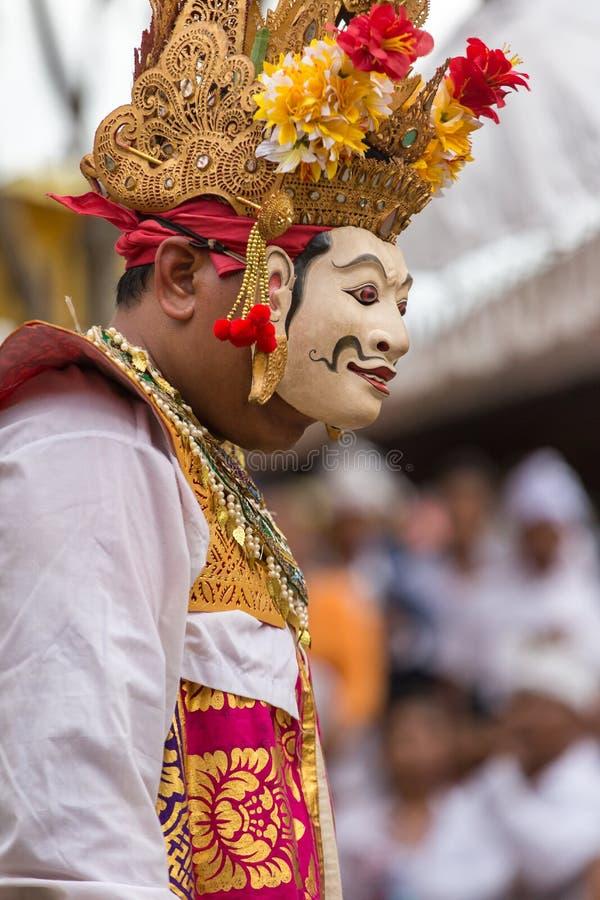 执行在面具的未认出的巴厘语人在Galungan庆祝时在Ubud,巴厘岛 免版税库存照片