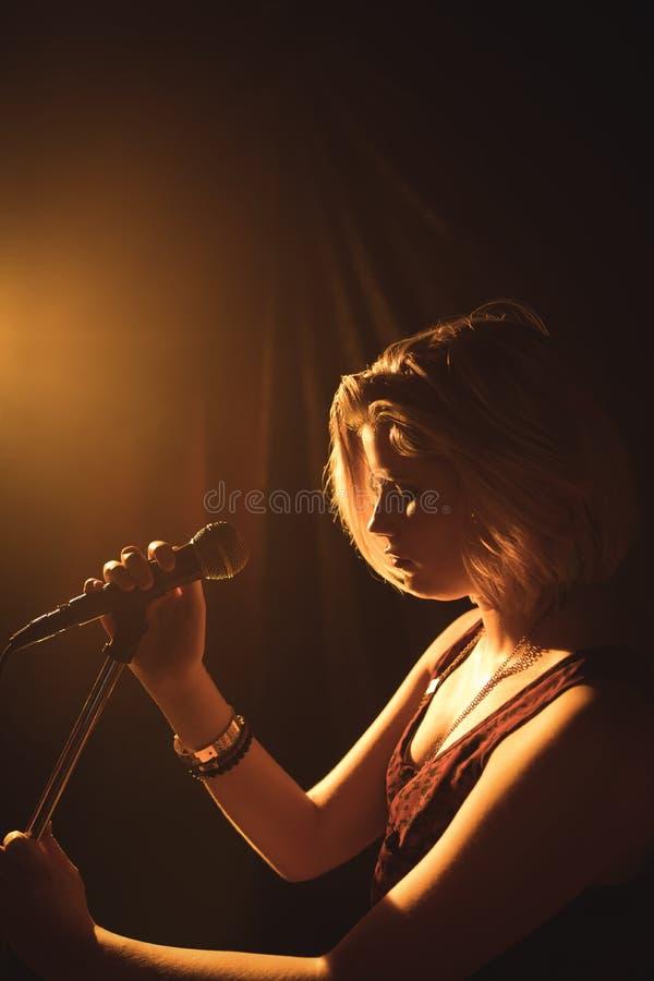 执行在音乐音乐会的女歌手 库存照片