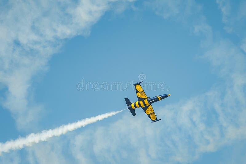 执行在airshow和展示的飞机特技 免版税库存图片