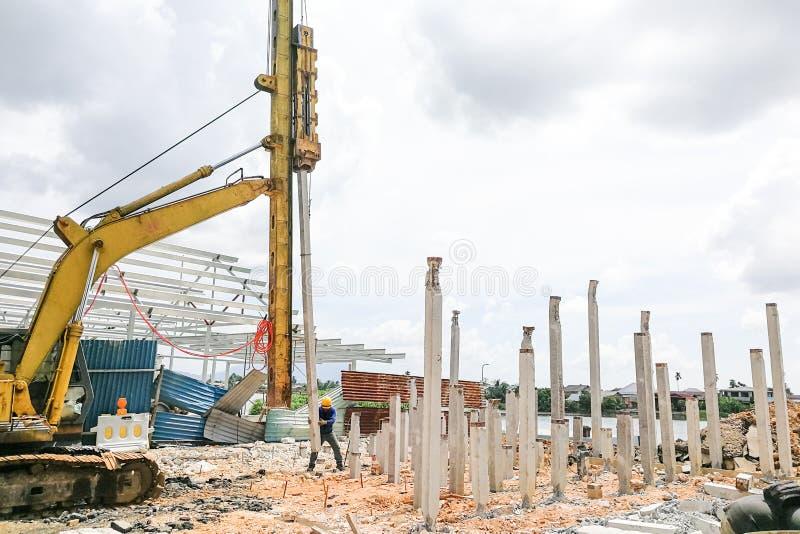 执行地面打桩工作的工作者在建造场所 图库摄影
