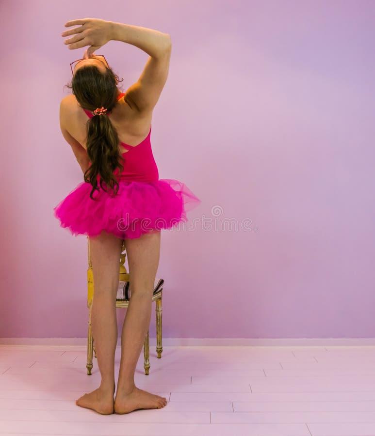 执行坎布尔,古典芭蕾移动,在跳舞的体育的LGBT的年轻变性女孩 免版税库存照片