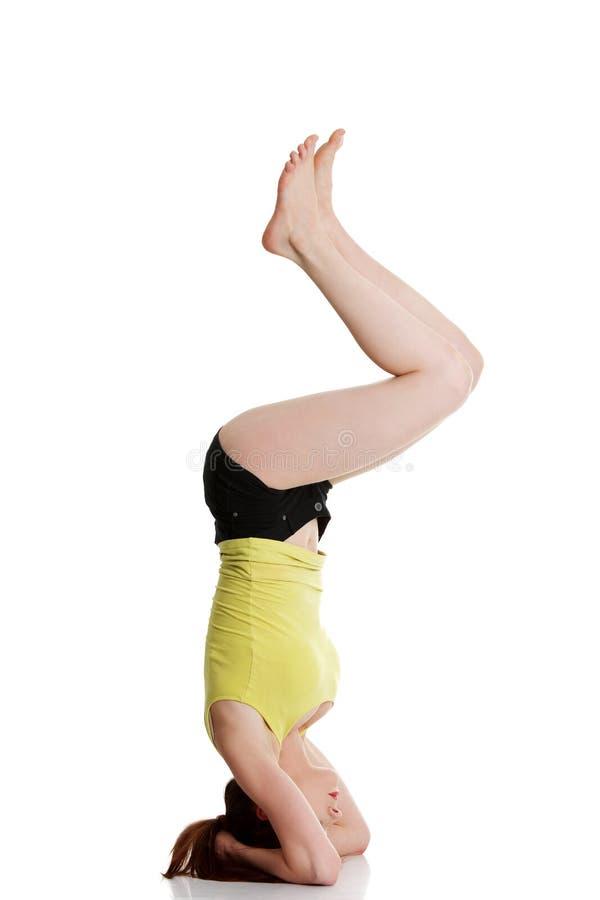 执行女子瑜伽年轻人 图库摄影