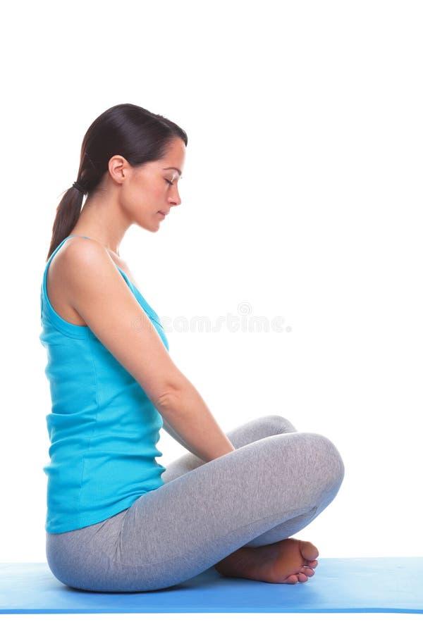 执行女子瑜伽的浅黑肤色的男人 图库摄影