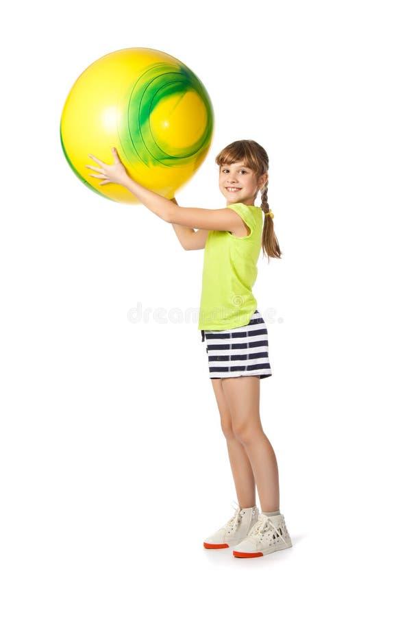 执行女孩体操年轻人的球 免版税库存图片