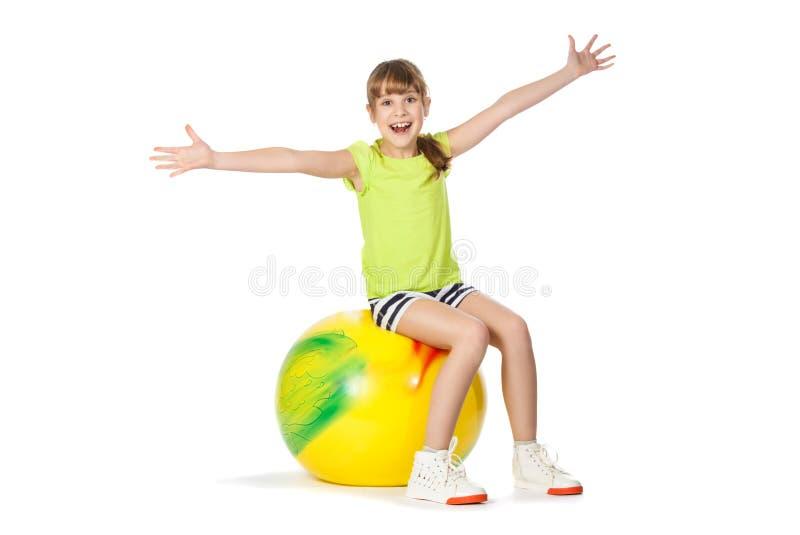执行女孩体操年轻人的球 免版税库存照片
