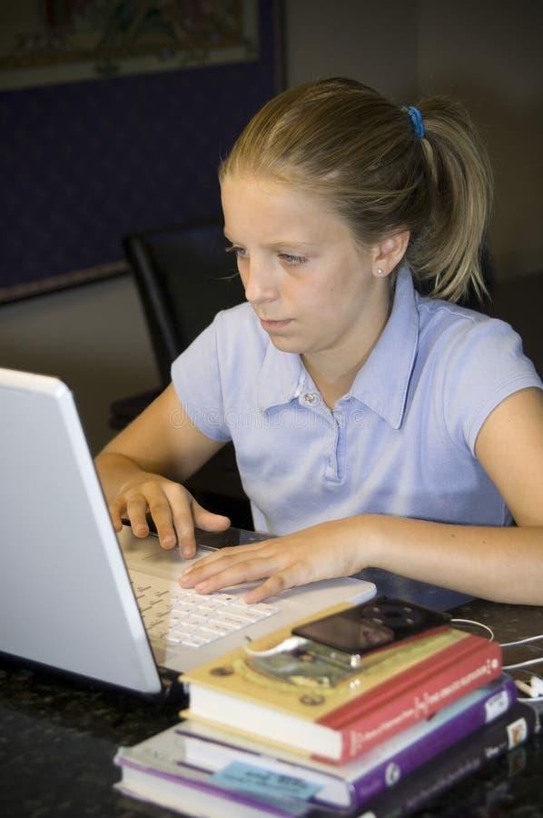 执行女孩家工作年轻人 免版税库存图片