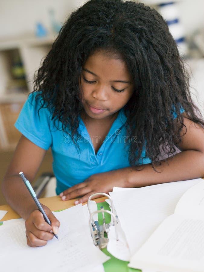 执行女孩家庭作业年轻人 库存图片