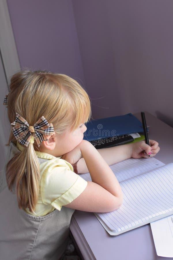 执行女孩家庭作业年轻人 免版税库存照片