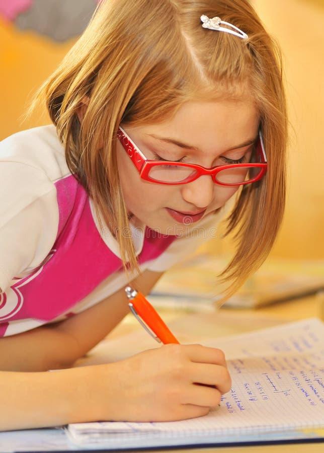 执行女孩家庭家庭作业 免版税库存图片