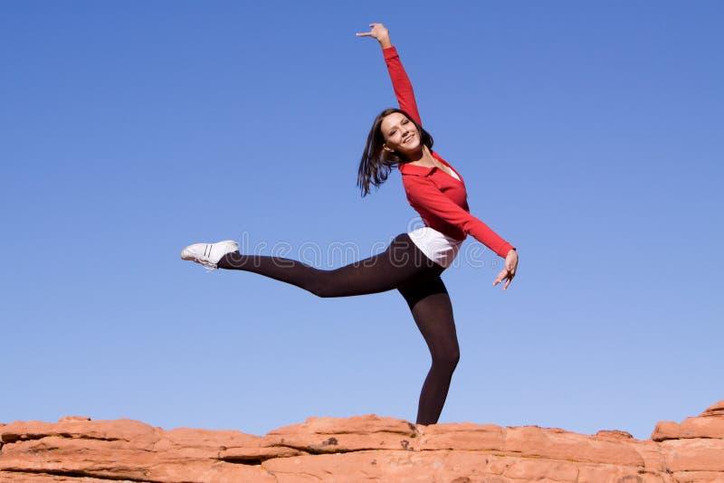 执行女孩岩石的芭蕾舞女演员 免版税库存图片