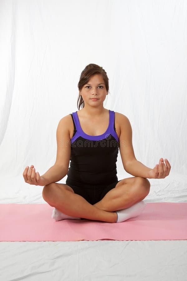 执行女孩瑜伽年轻人 免版税库存图片