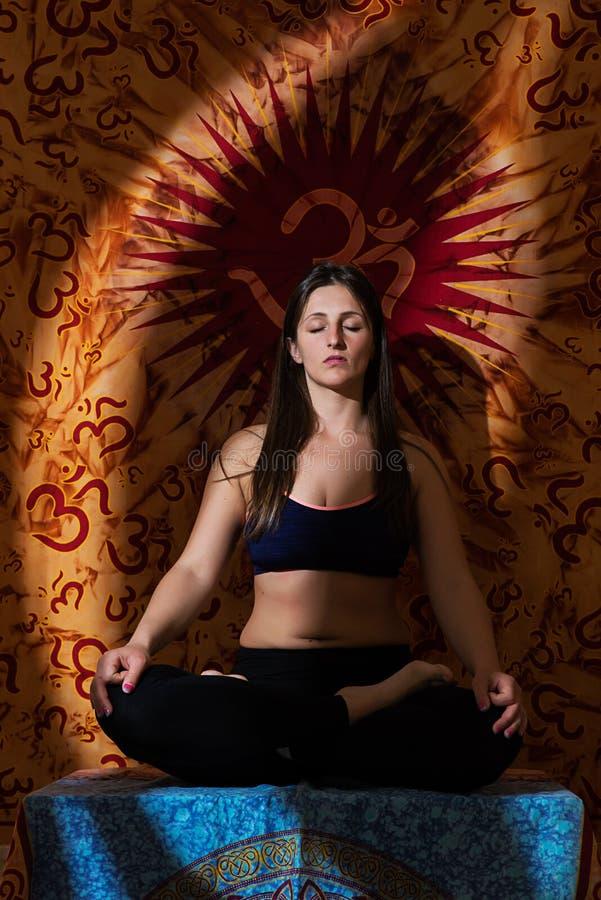 执行女孩瑜伽 免版税图库摄影
