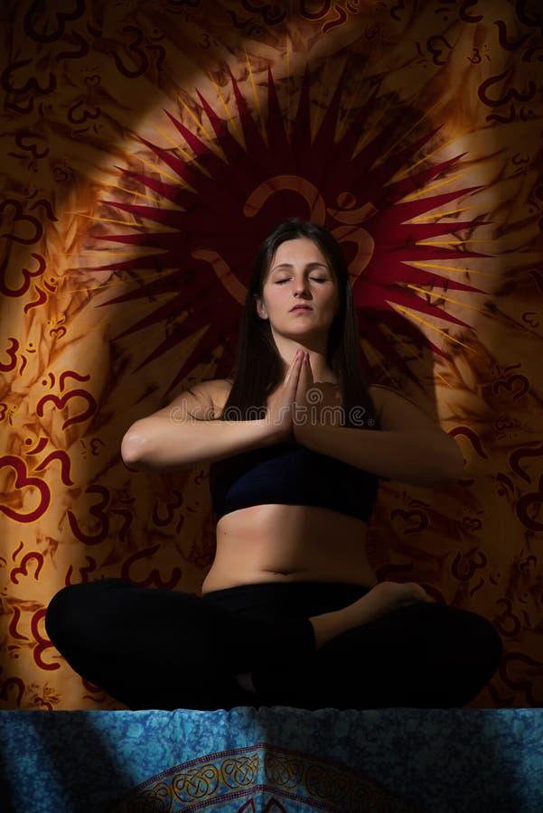 执行女孩瑜伽 库存照片
