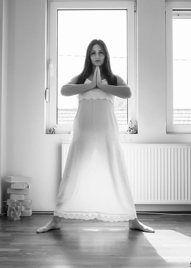 执行女孩瑜伽 库存图片